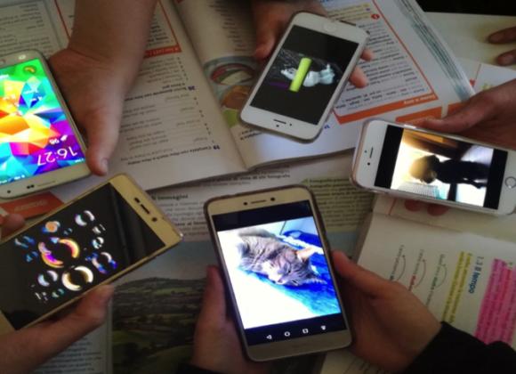 Cellulari, adolescenti e compiti: istruzioni per l'uso